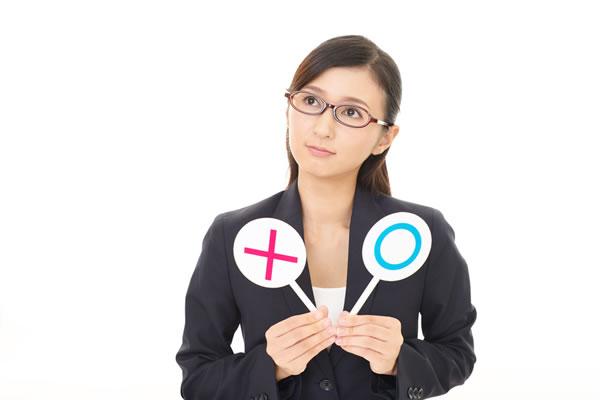 正誤を判断する女性